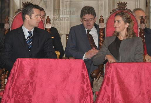 Carlos García Revenga, entre los duques de Palma durante un acto en la Seu en 2006.