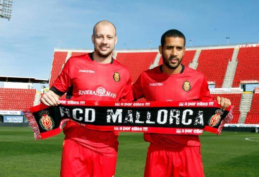 Hutton (izq.) y Tissone, hoy durante su presentación como jugadores del Mallorca.