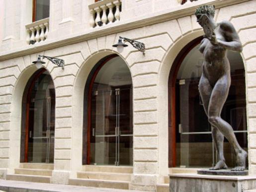 Gracias a las obras de reforma culminadas el 2001 en el Teatre Principal de Maó este coliseo se preparó para afrontar el nuevo siglo con las máximas garantías. En la imagen, su fachada.