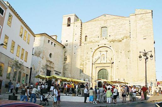 Un paseo por las calles mahonesas nos muestra toda la riqueza del legado histórico acumulado en estos siglos de existencia. En la foto, el mercado que se celebra junto al claustro del Carme.
