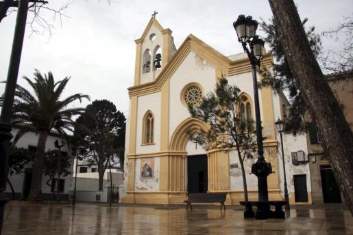 La plaza de Sant Climent, centro neurálgico del día a día en este pequeño pueblo de Menorca.