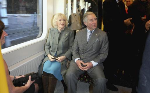 Carlos de Inglaterra y su esposa, ayer en el famoso metro londinense.