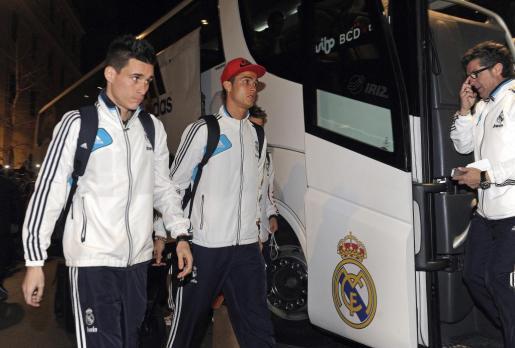 Los jugadores del Real Madrid, Cristiano Ronaldo (d) y José Callejón, a la llegada del equipo al hotel de concentración de Granada.