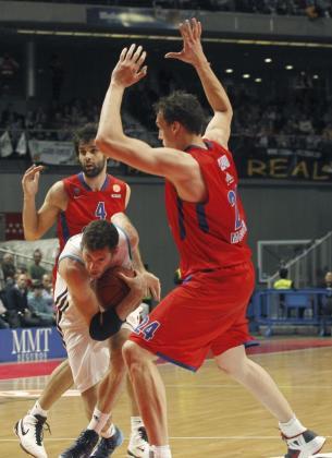 El alero del Real Madrid Rudy Fernández (c) controla el balón ante los jugadores del CSKA Moscú.
