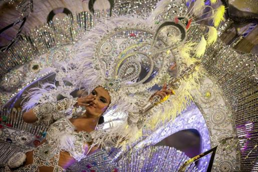 """Giovanna Lee Alfonso, con la fantasía """"Lágrimas por ti"""", del diseñador Willie Díaz."""