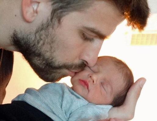 El futbolista Gerard Piqué con su hijo Milan.