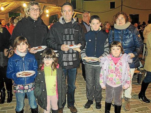 Joana Sansó, Mateu Català, Mateu Català hijo, Antònia Llodrà, Joana Maria Amengual, Julia Amengual y Maria Català listos para la torrada.