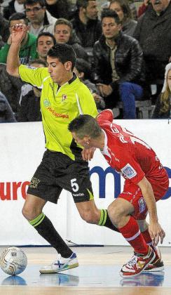 El jugador del Fisiomedia Lemine conduce ante la presión de Álex, ayer.