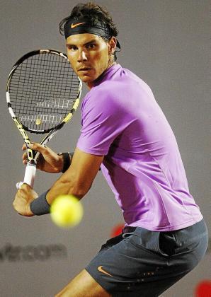 Rafael Nadal se dispone a golpear de revés, ayer, durante la final del torneo de Viña del Mar ante Zeballos.