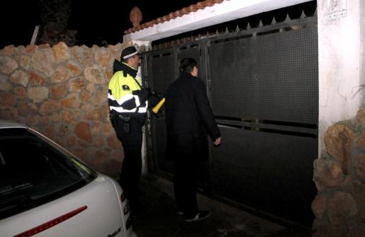 La policía ha acudido al chalet donde han tenido lugar los hechos.