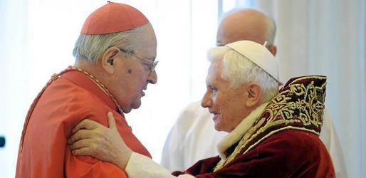 """OSR110 CIUDAD DEL VATICANO 11/02/2013.- Fotografía facilitada por el Osservatore Romano que muestra al papa Benedicto XVI (dcha) mientras saluda a un cardenal no identificado durante el Consistorio de cardenales en la Ciudad del Vaticano hoy, lunes 11 de febrero de 2013. El Papa Benedicto XVI anunció hoy oficialmente que renuncia al pontificado por su """"edad avanzada"""", en una decisión sin precedentes en los últimos siglos, que tomó por sorpresa al propio Vaticano. EFE/ Osservatore Romano / Handout MEJOR CALI"""