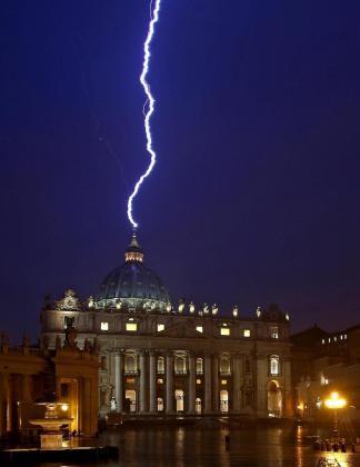Un rayo cae en la basílica de San Pedro el mismo día en el que el papa Benedicto XVI anuncia su abdicación, en la Ciudad del Vaticano, Vaticano hoy, lunes 11 de febrero de 2013.