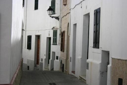 Cada una de las calles y rincones de Alaior transmiten pausa y tranquilidad a los que merodeamos por allí.