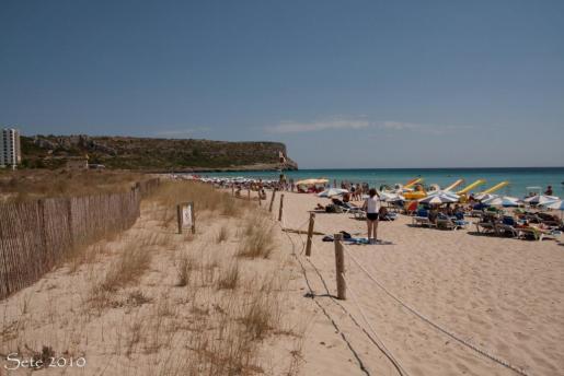 La playa de Son Bou, ubicada en el municipio de Alaior, posee un paisaje único e inolvidable para quienes la visitan y están interesados en descubrirla.