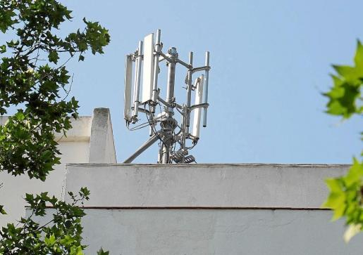 Imagen de una antena de telefonía móvil instalada en Palma.