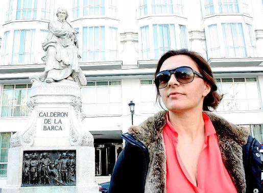 Solivellas, ante la estatua de Calderón de la Barca en la plaza de Santa Ana, de Madrid.