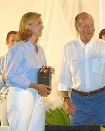 Urdangarin, tapado por su esposa, y el Rey, en Palma.