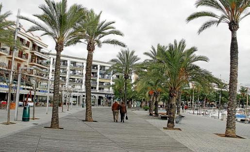Los restauradores solicitan una mayor dinamización en la primera línea del Port d'Alcúdia y poder acercar sus terrazas a la lámina de agua.