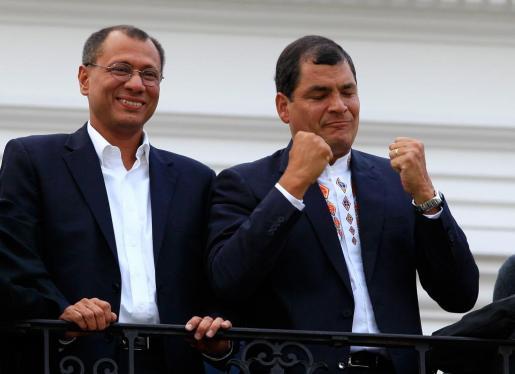 El presidente de Ecuador, Rafael Correa (d), saluda a seguidores junto al vicepresidente electo, Jorge Glass (i), hoy domingo 17 de febrero de 2013, en Quito (Ecuador), tras recibir los primeros resultados electorales que le dan la victoria.