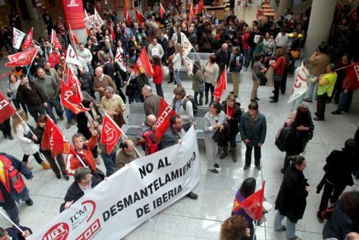 Un grupo de empleados de Iberia protesta en el aeropuerto de Son Sant Joan.