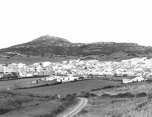 Vista panorámica del municipio de Es Mercadal, con el Monte Toro al fondo.