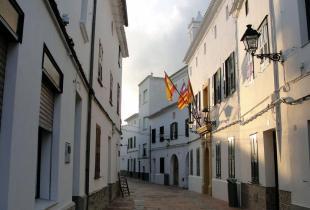 Fachada del ayuntamiento de Es Mercadal, en Menorca