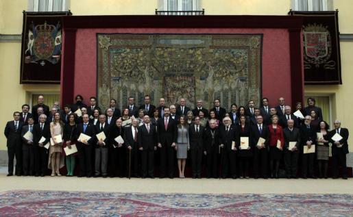 Los Príncipes de Asturias que entregaron hoy en el Palacio de El Pardo, los Premios Nacionales de Cultura correspondientes a 2011 y 2012, posan para la foto de familia.