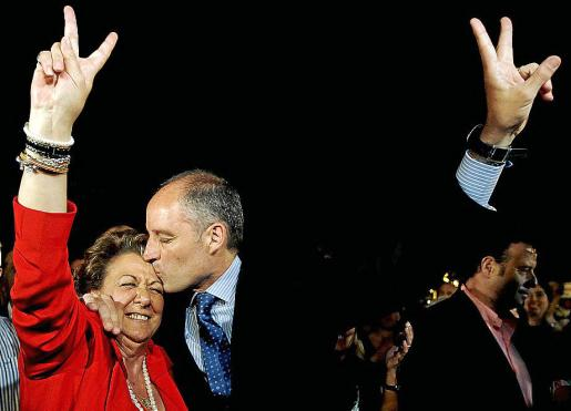 El presidente de Generalitat, Francisco Camps , y la alcaldesa de Valencia, Rita Barberá , se abrazan y besan, esta noche en Valencia, tras conocer los dos que han ganado las elecciones.