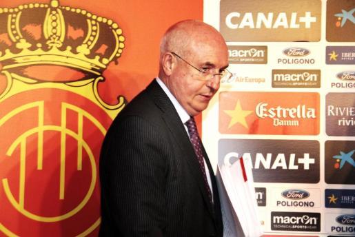 Llorenç Serra, pasando junto al escudo del Real Mallorca poco antes de ofrecer la rueda de prensa a la conclusión del consejo de administración. g Foto: JOAN TORRES