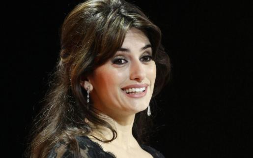 La española deja por unos días los rodajes para convertirse en redactora jefe del Vogue francés.