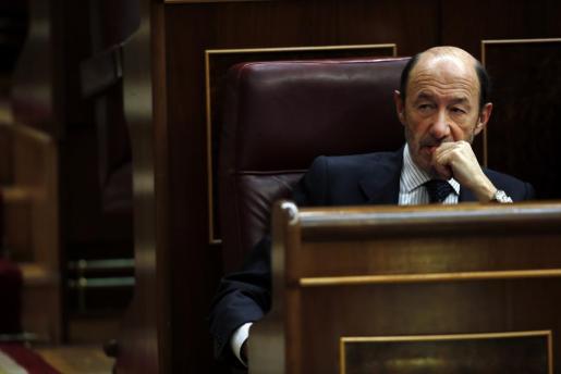 Alfredo Pérez Rubalcaba, escuchando el pasado jueves una intervención de Mariano Rajoy durante el Debate sobre el Estado de la Nación