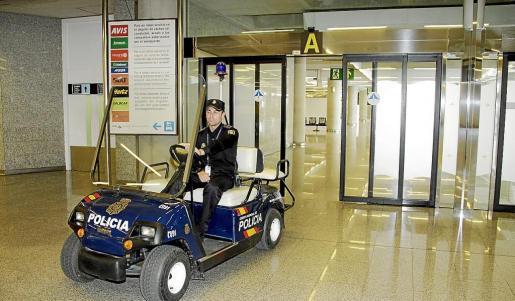 El operativo y la detención fueron practicados por agentes del Grupo de Investigación del aeropuerto. Fotos: ALEJANDRO SEPÚLVEDA