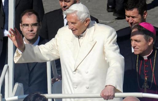 El secretario del papa, el arzobispo Georg Gänswein (der), acompaña al papa Benedicto XVI (c) durante la última audiencia pública de su pontificado, en la plaza de San Pedro, en la Ciudad del Vaticano, en el Vaticano.