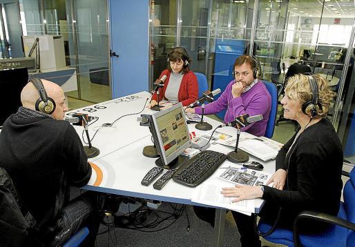 Lina Pons con los tertulianos del primer programa de 'Hoy es el día'.