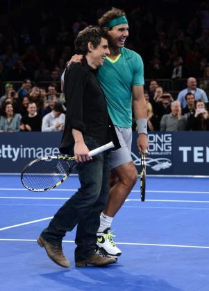 Rafael Nadal sonríe junto al actor estadounidense Ben Stiller durante un partido del partido de exhibición de BNP Paribas disputado ante el argentino Juan Martín del Potro ayer en el Madison Square Garden de Nueva York.