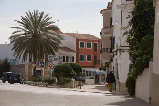 El casco urbano de ES Migjorn Gran cuenta con numerosos comercios, bares y restaurantes que dotan de vida y movimiento a la localidad.