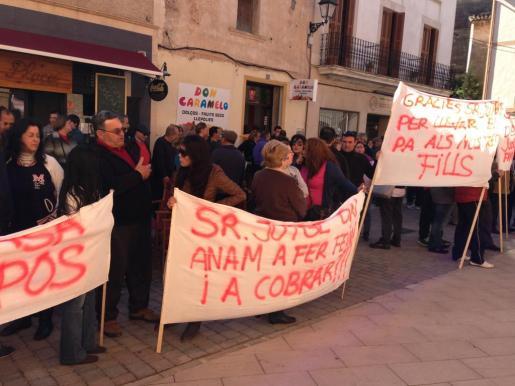 Alrededor de un centenar de vecinos de Campos se han manifestado contra la demolición de los apartamentos ilegales de ses Covetes.