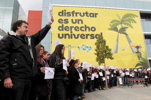 Un grupo de trabajadores de Orizonia protesta frente a la sede del grupo, en el Parc Bit de Palma.