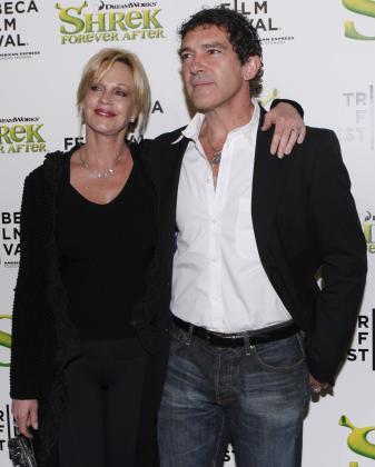 Antonio Banderas y Melanie Griffith posan para los fotógrafos a su llegada al estreno.