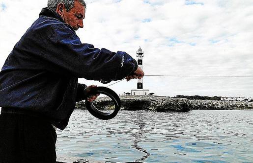 Imagen de un pescador en aguas baleares, concretamente en Ciutadella.