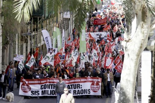 Un momento de la manifestación, a su paso por La Rambla.