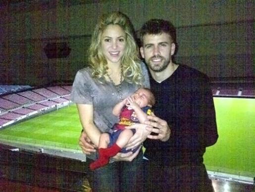 Fotografía de la cuenta de Twiter de Gerard Pique posando con su pareja, la cantante colombiana Shakira y el hijo de ambos, en las gradas del Camp Nou.