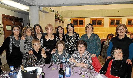 Todo el equipo de Servicios Sociales y voluntarias que hizo posible el acto, con Magdalena Moyà al frente.