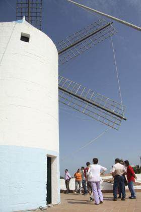 Si sobrevolamos la villa de Sant Lluís por encima de todo sobresalen sus molinos. Antiguamente la localidad de levante llegó a tener hasta tres en funcionamiento. En la imagen, el Molí de Dalt.