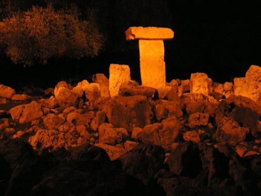 Una taula iluminada en el poblado talayótico de Binissafúller.