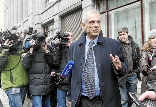 El ministro de Finanzas de Chipre, Michael Sarris, responde a los periodistas tras reunirse con su homólogo ruso.