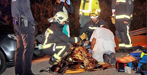 Agentes de la Policía Local de Manacor y 061 atendiendo al herido. Fotos: UH-MANACOR