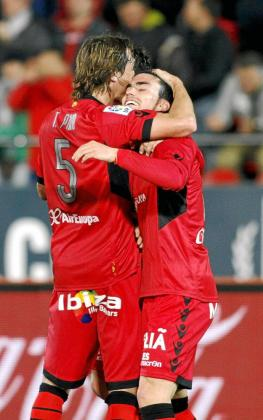 Pina felicita a Alfaro, a la conclusión del encuentro disputado ante el Sevilla en Son Moix.