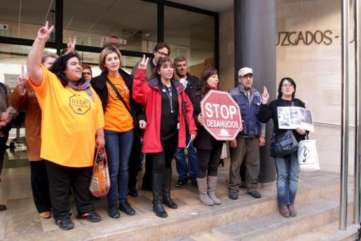 La plataforma 'Stop deshaucios' ha registrado hoy dos escritos en los Juzgados de Palma solicitando la suspensión de los dos primeros desahucios que alegan cláusulas abusivas.