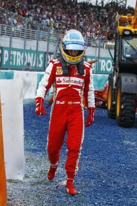 El español Fernando Alonso se retira del Gran Premio de Malasia.